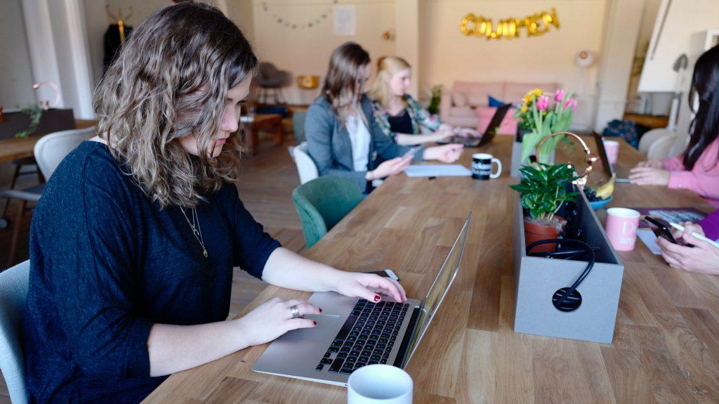 Becas para fomentar la inserción laboral de las mujeres