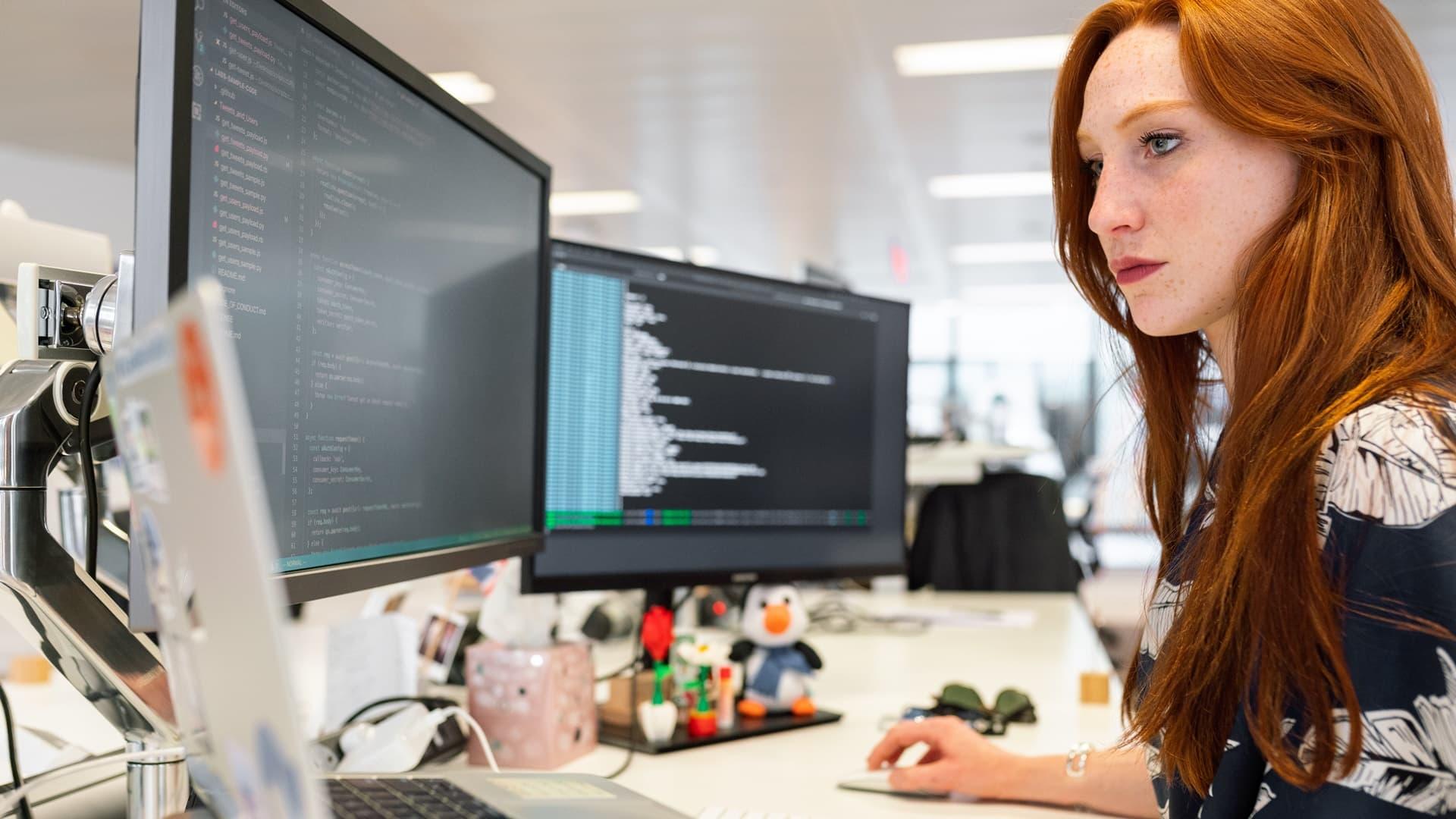 Mujer programa en Javascript