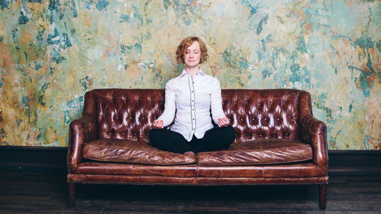 Practica mindfulness sentado y con la espalda recta.